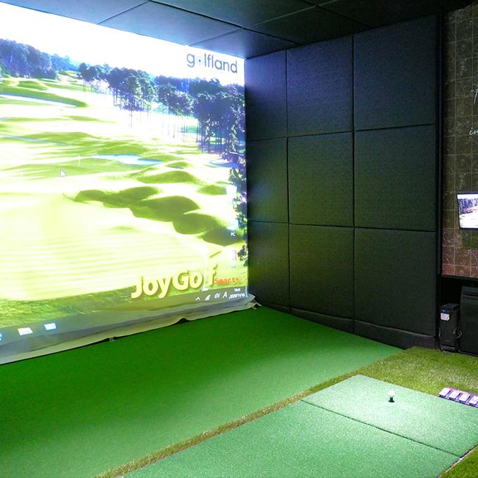 最新のゴルフシュミレーター完備の個室の画像。