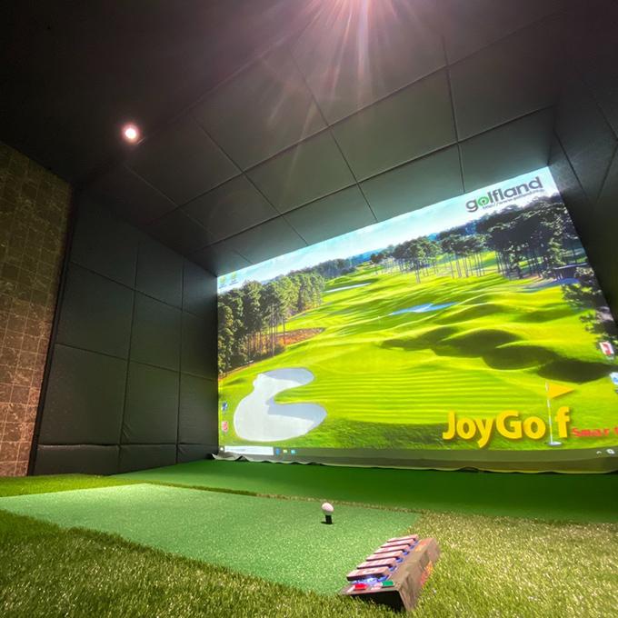 最適なスイングを作り上げられる最新のゴルフシュミレーター完備の個室の画像。